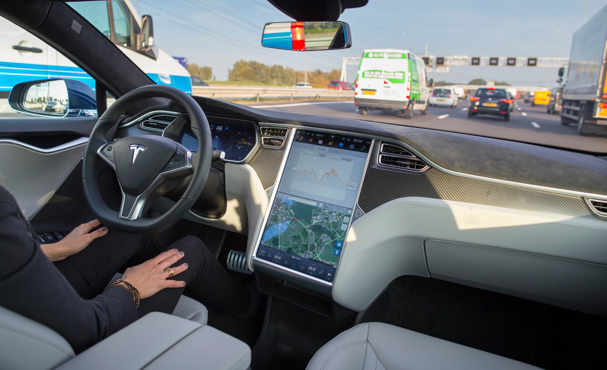 Tesla Autopilot használata menet közben