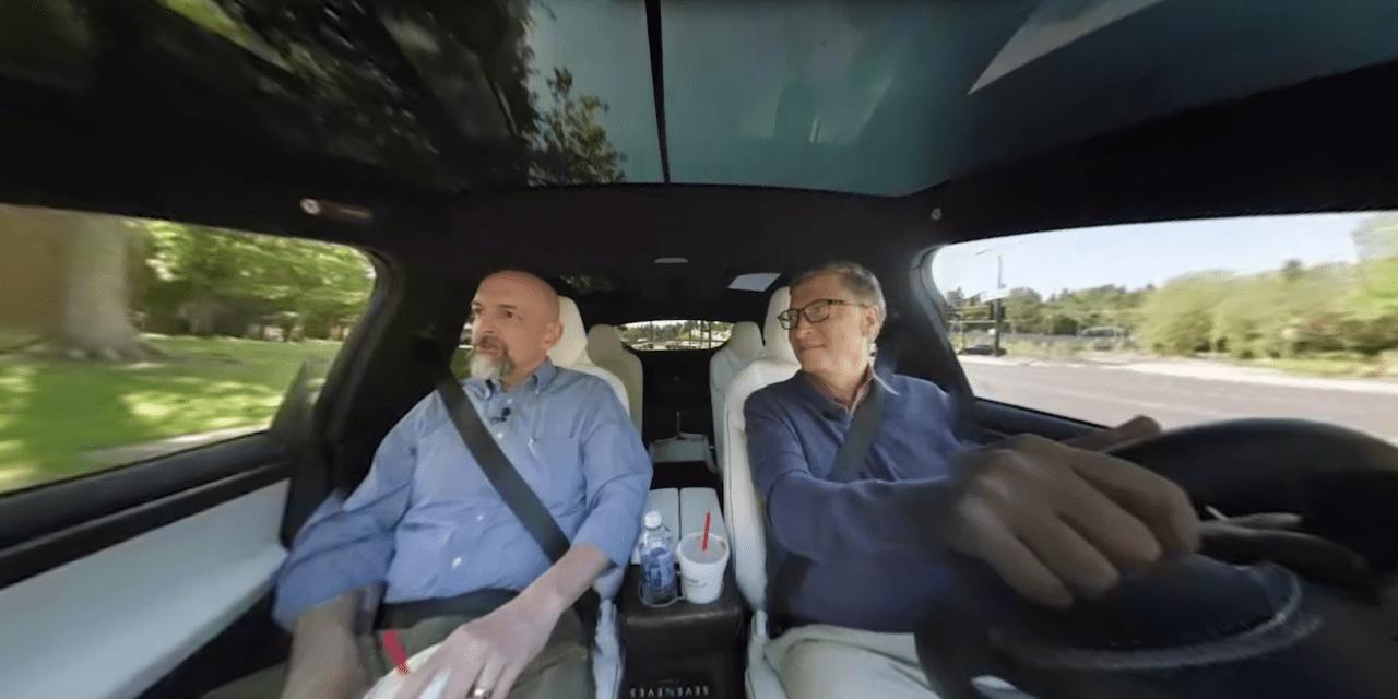 Bill Gates egy Tesla Model X-et vezet