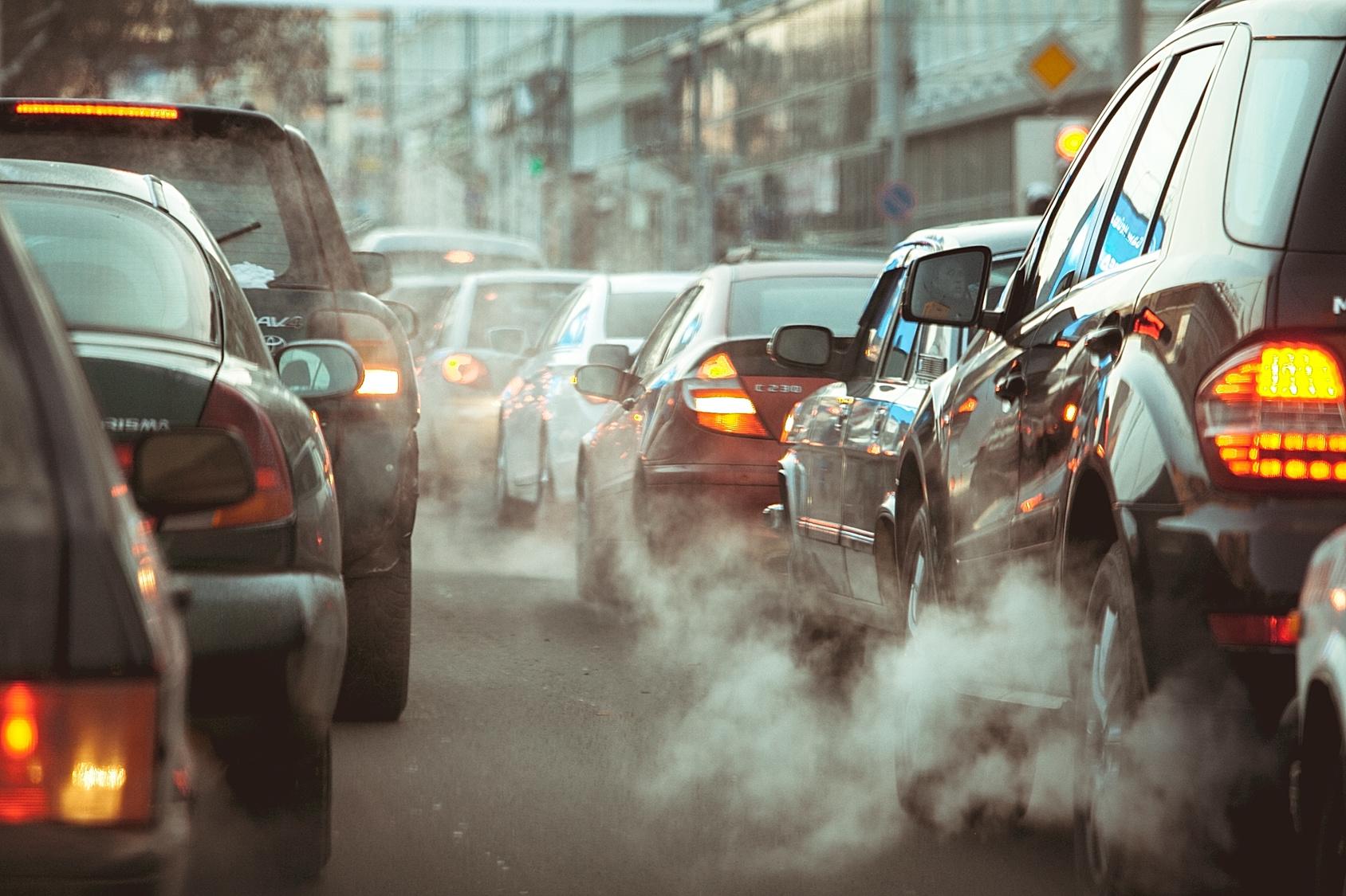 kipufogógázba burkolózó autók egy városi dugóban