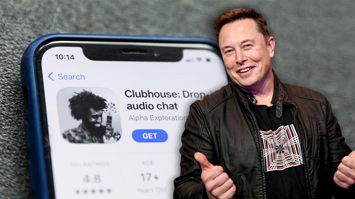 Elon Musk mosolyogva, a háttérben egy telefonon képernyője a Clubhouse alkalmazással