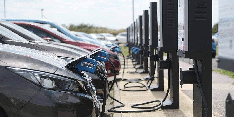 elektromos autók egymás mellett töltés közben