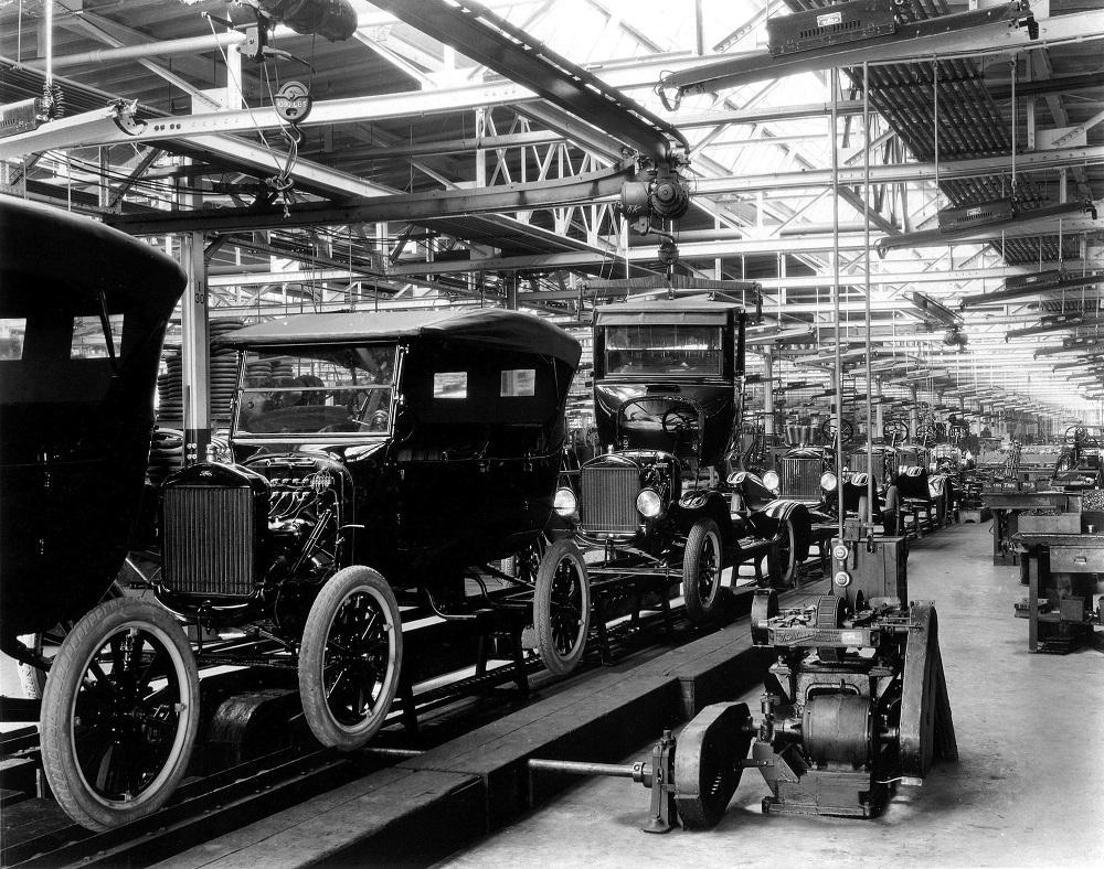 Ford T-modellek sorakoznak a gyártósoron
