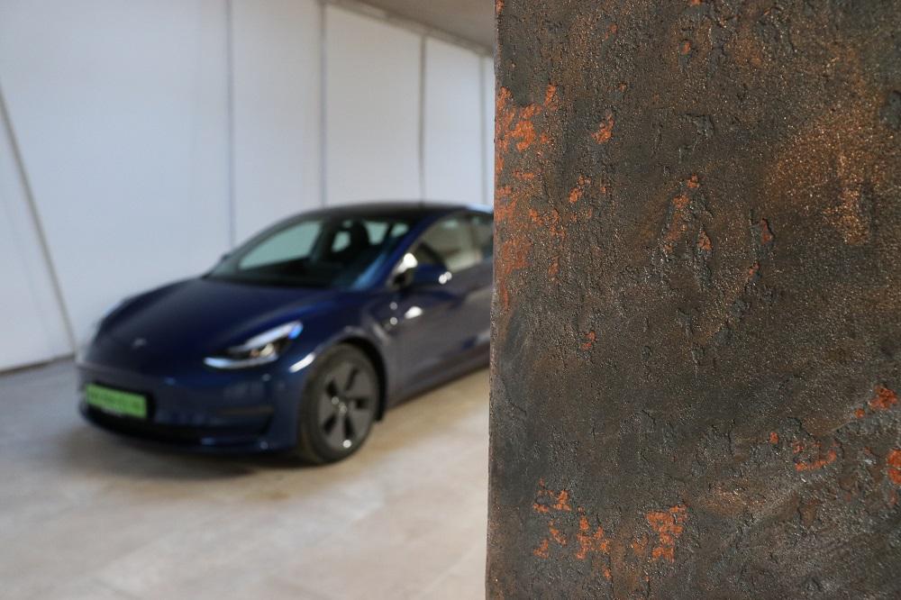 Tesla Model 3 a Magyar Autókereskedőház Zrt. készülő prémiumautó-szalonjában