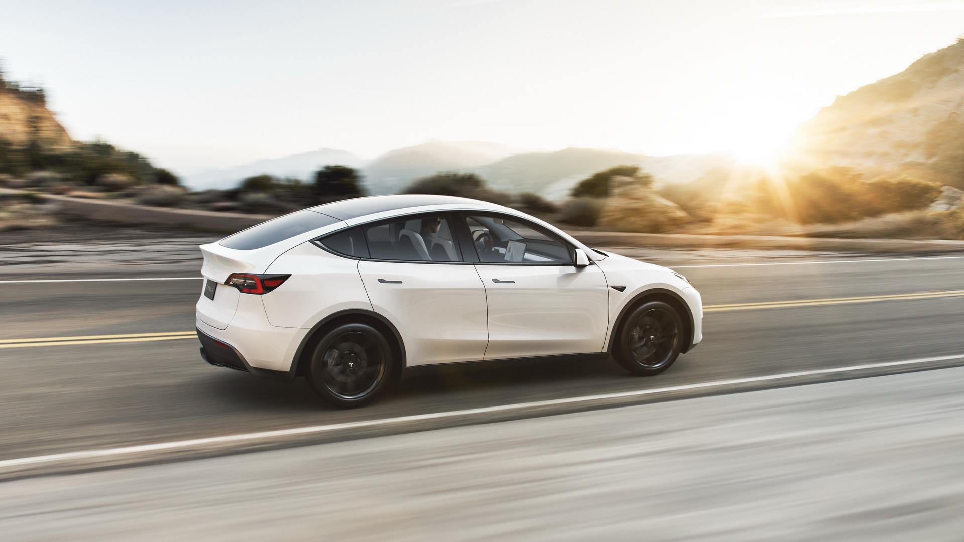 Tesla Model Y elektromos SUV hátulról, menet közben