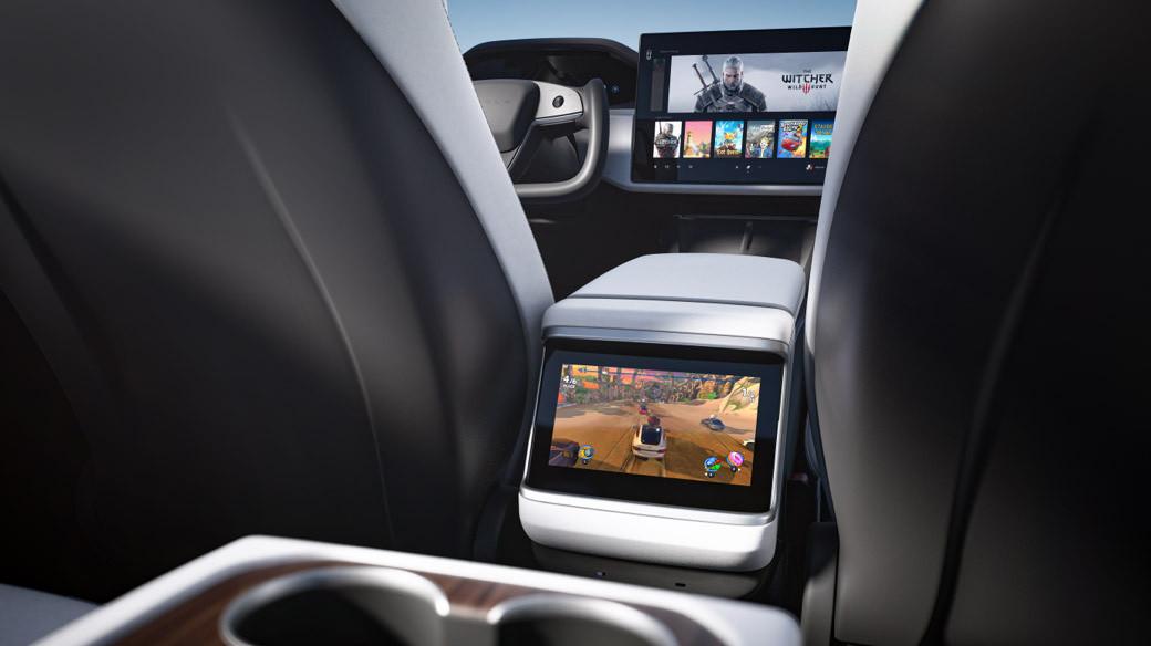 három kijelző a 2021-es Tesla Model S utasterében