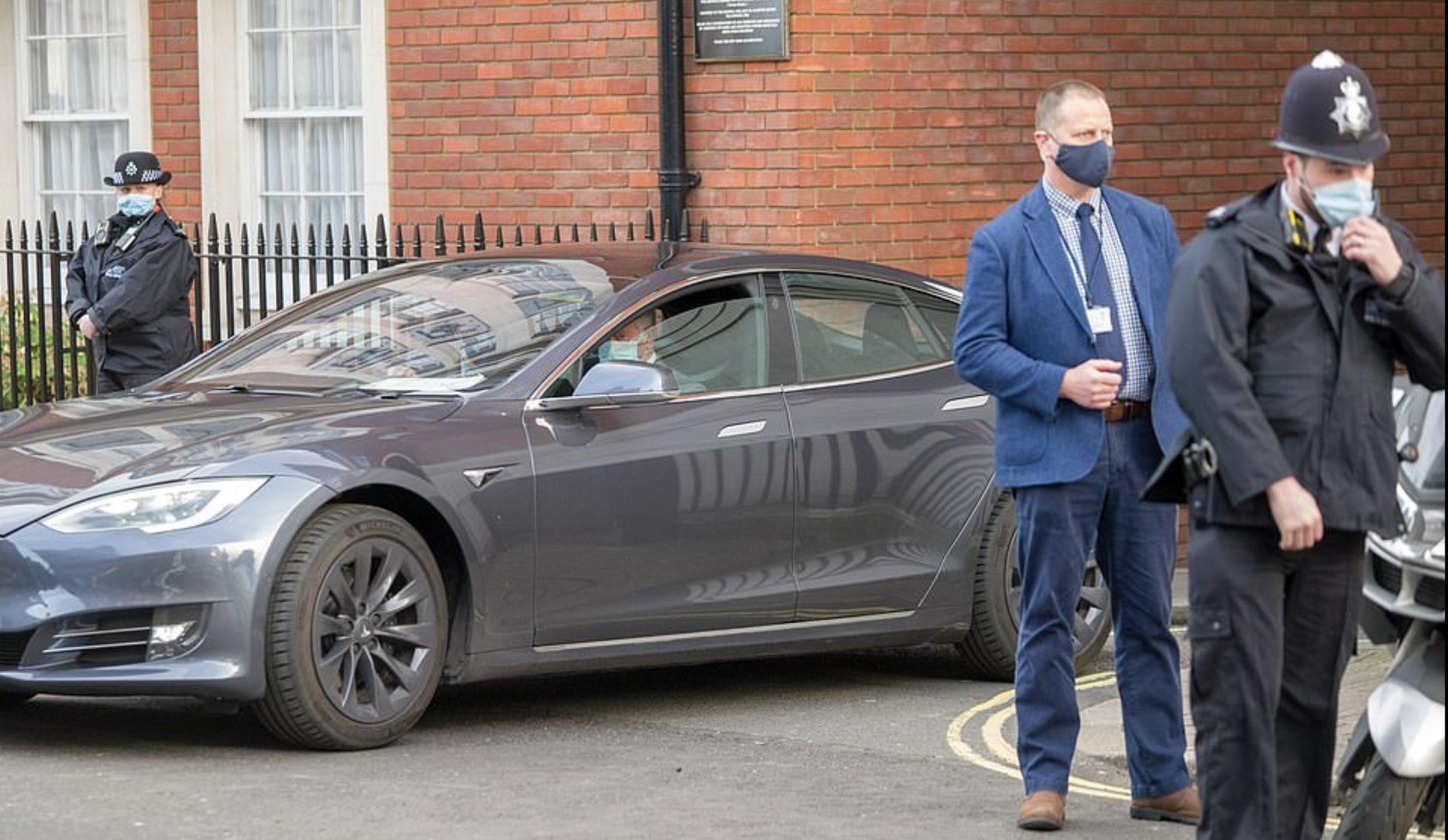 Károly herceg egy Tesla Model S-el távozik a londoni VII. Edward király kórházból