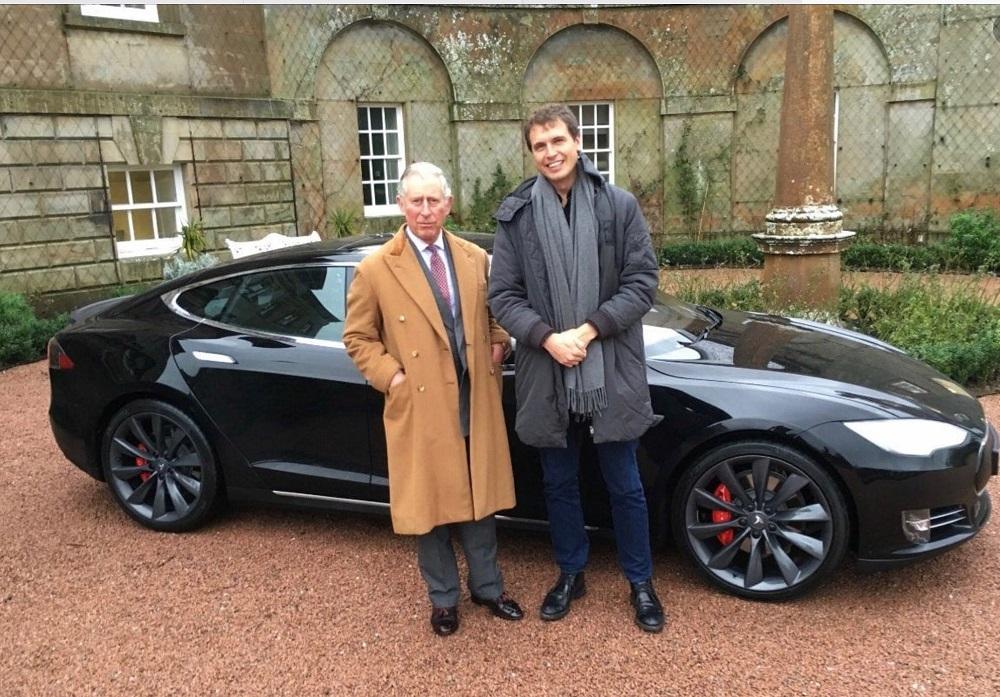 Károly herceg és Kimbal Musk egy Tesla Model S mellett 2016-ban
