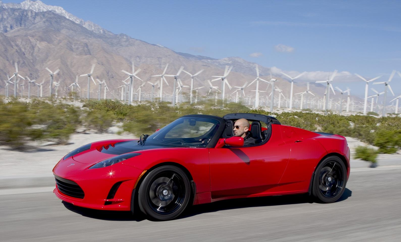 2008-as Tesla Roadster menet közben