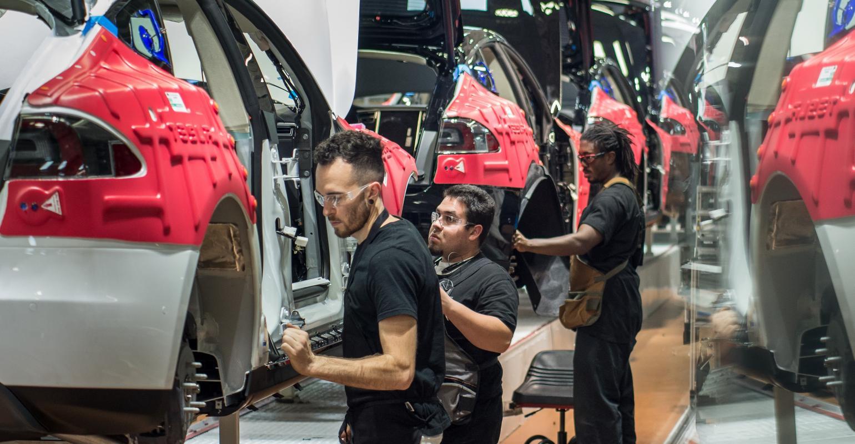 Tesla alkalmazottak összeszerelés közben a gyártósoron
