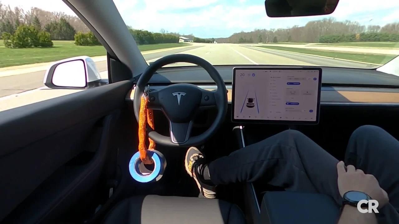 a Tesla rendszerét kormányra akasztott súllyal kijátszó sofőr az anyósülésen