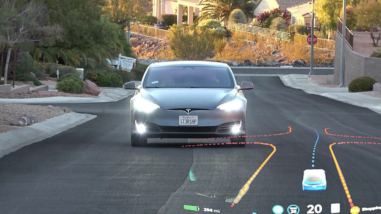 Tesla Model S szemből, menet közben, és az FSD grafikája – montázs