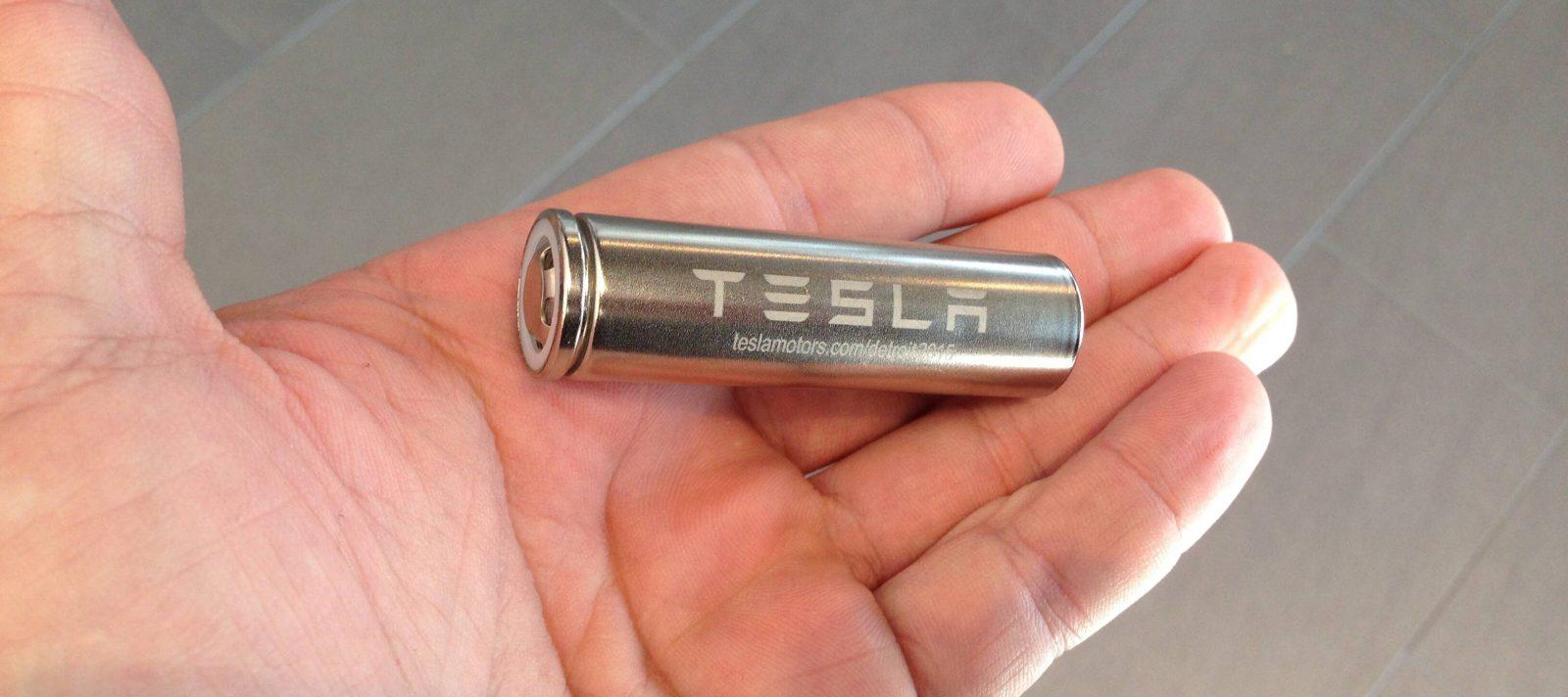 Tesla akkumulátorcellát tartó kéz