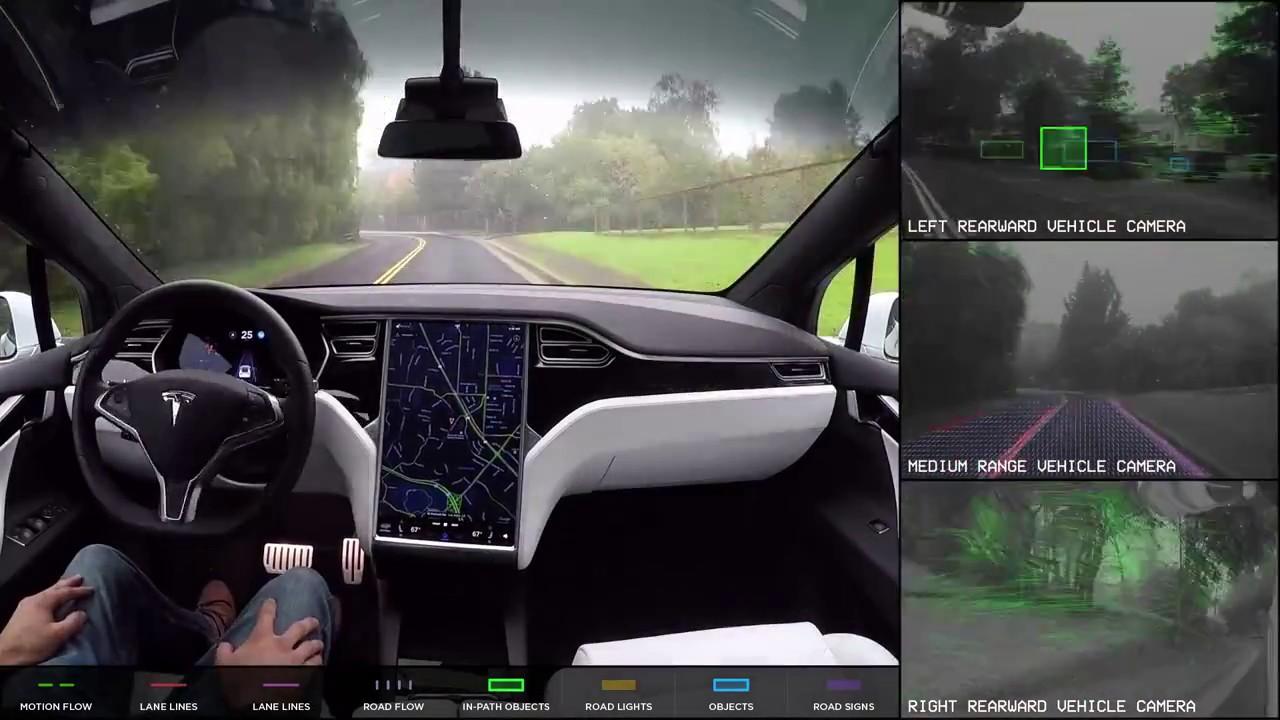 Tesla Model S menet közben, és az autó kamerái által rögzített felvételek – montázs