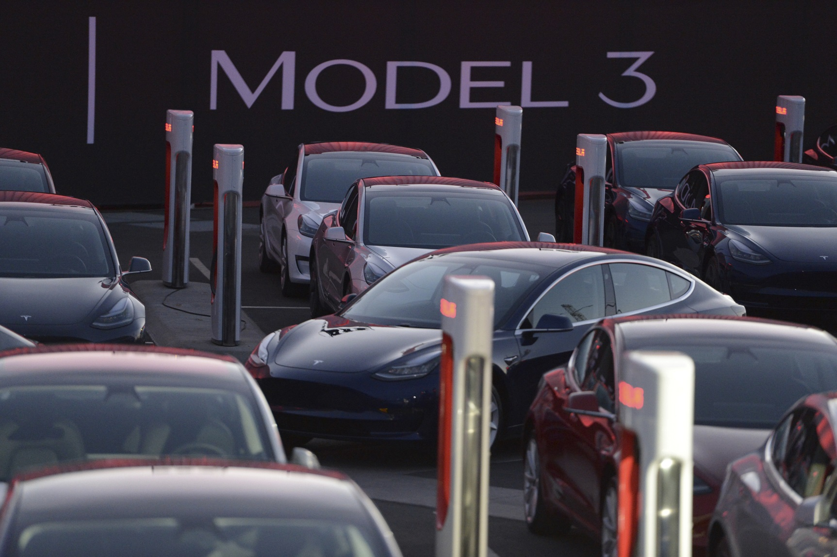 kiszállításra váró Model 3-asok sorakoznak egymás mellett