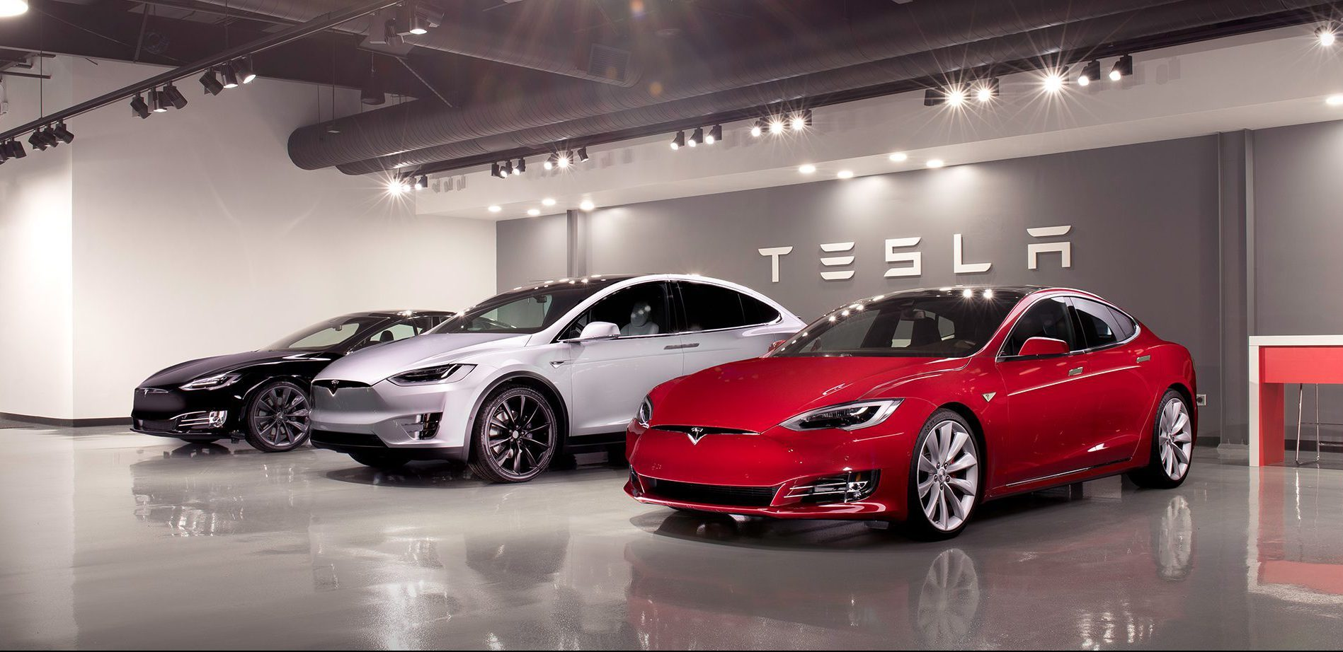 két Tesla Model S és egy Model X egymás mellett a fremonti gyárban