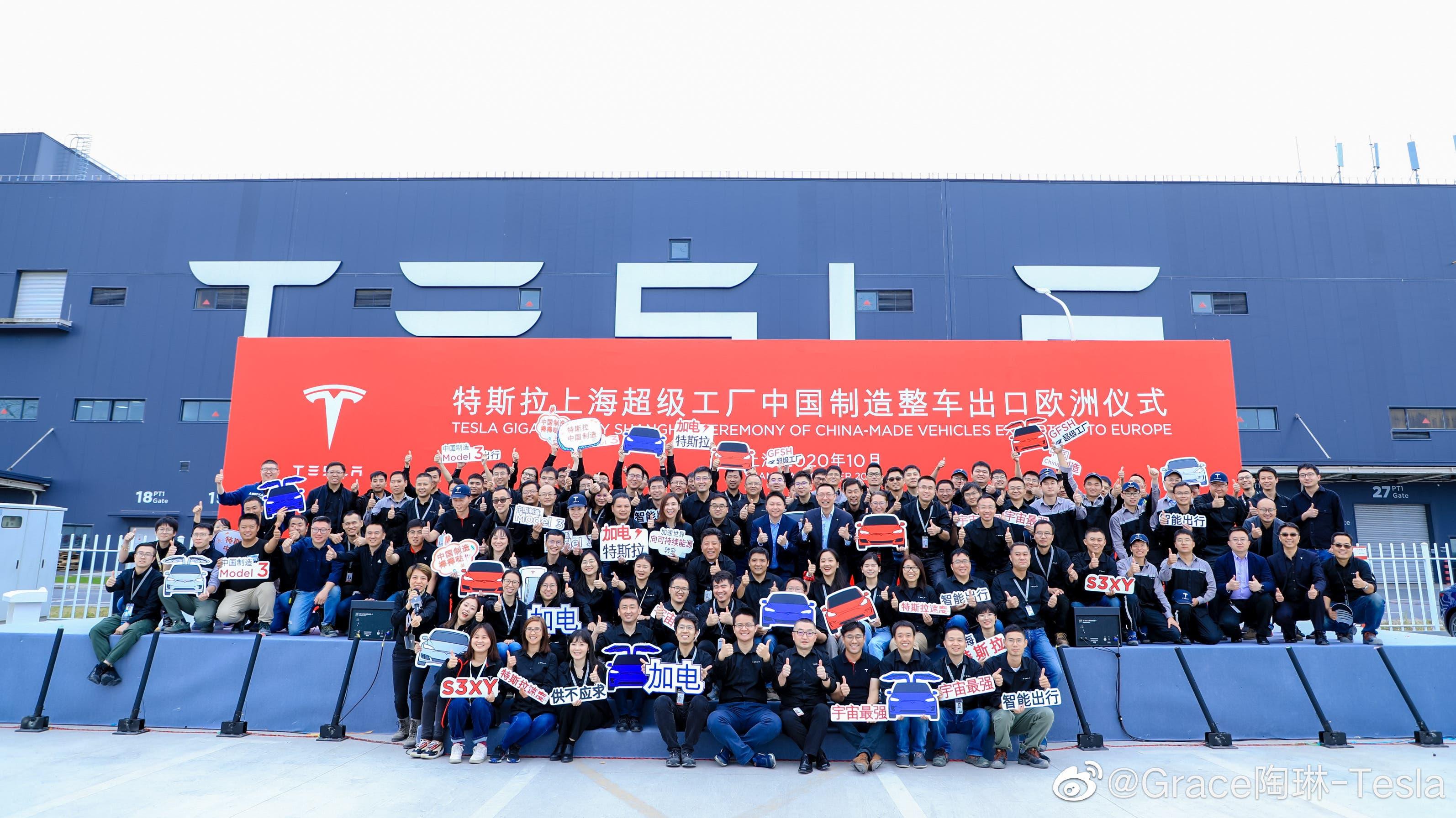 kínai Tesla alkalmazottak ünneplik a Model 3 európai exportjának kezdetét