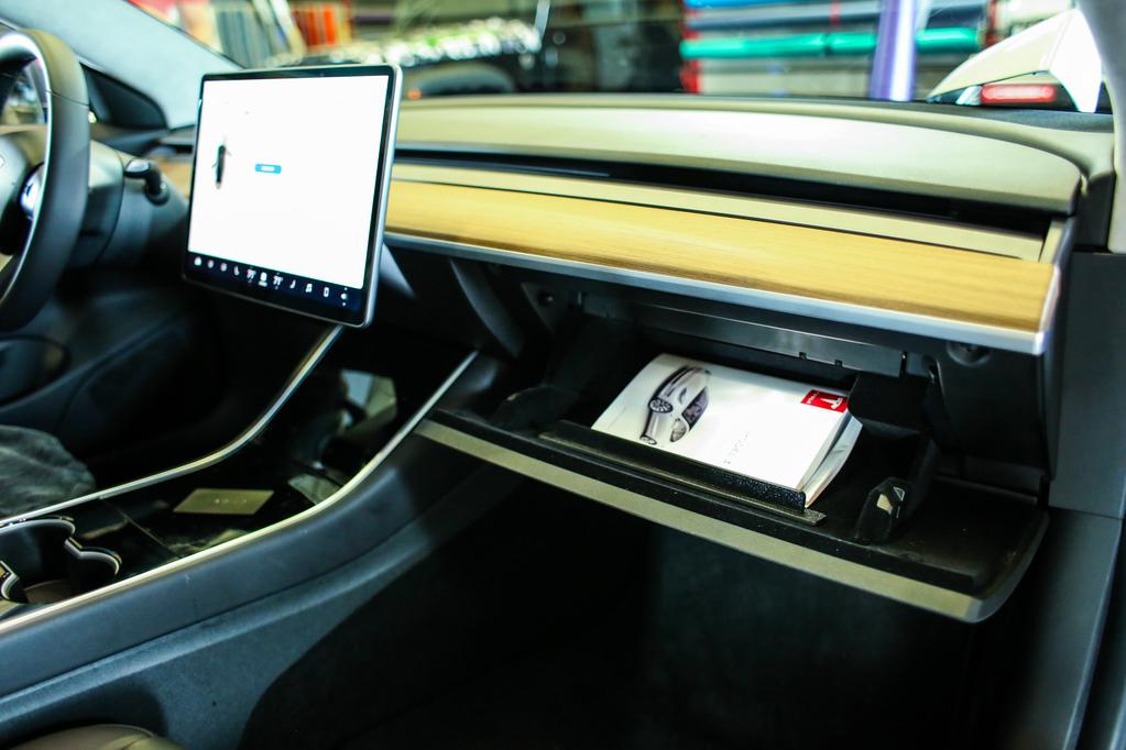 Tesla Model 3 utastere nyitott kesztyűtartóval