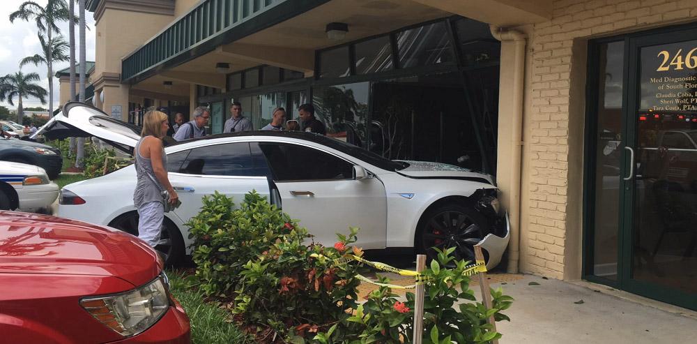 falnak csapódott Tesla Model s oldalról