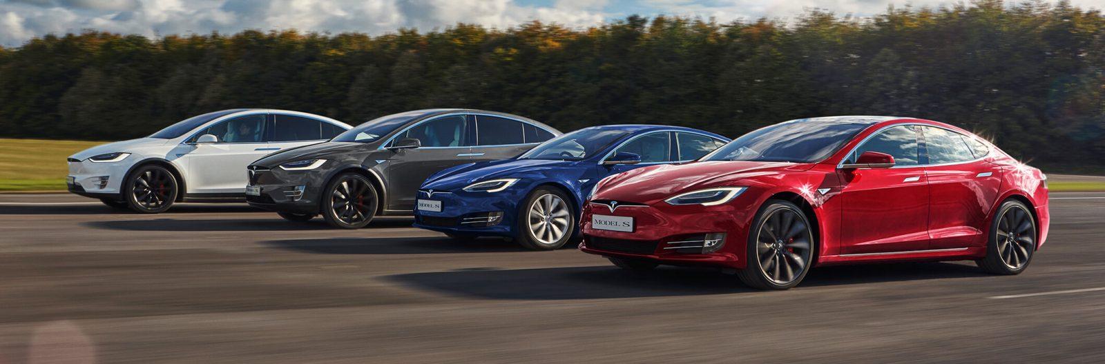 két Tesla Model X, és két Tesla Model S egymás mellett, menet közben
