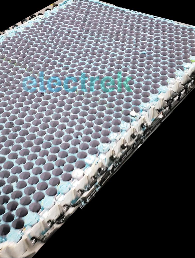 a Tesla méhsejt szerkezetű akkumulátor architektúrája
