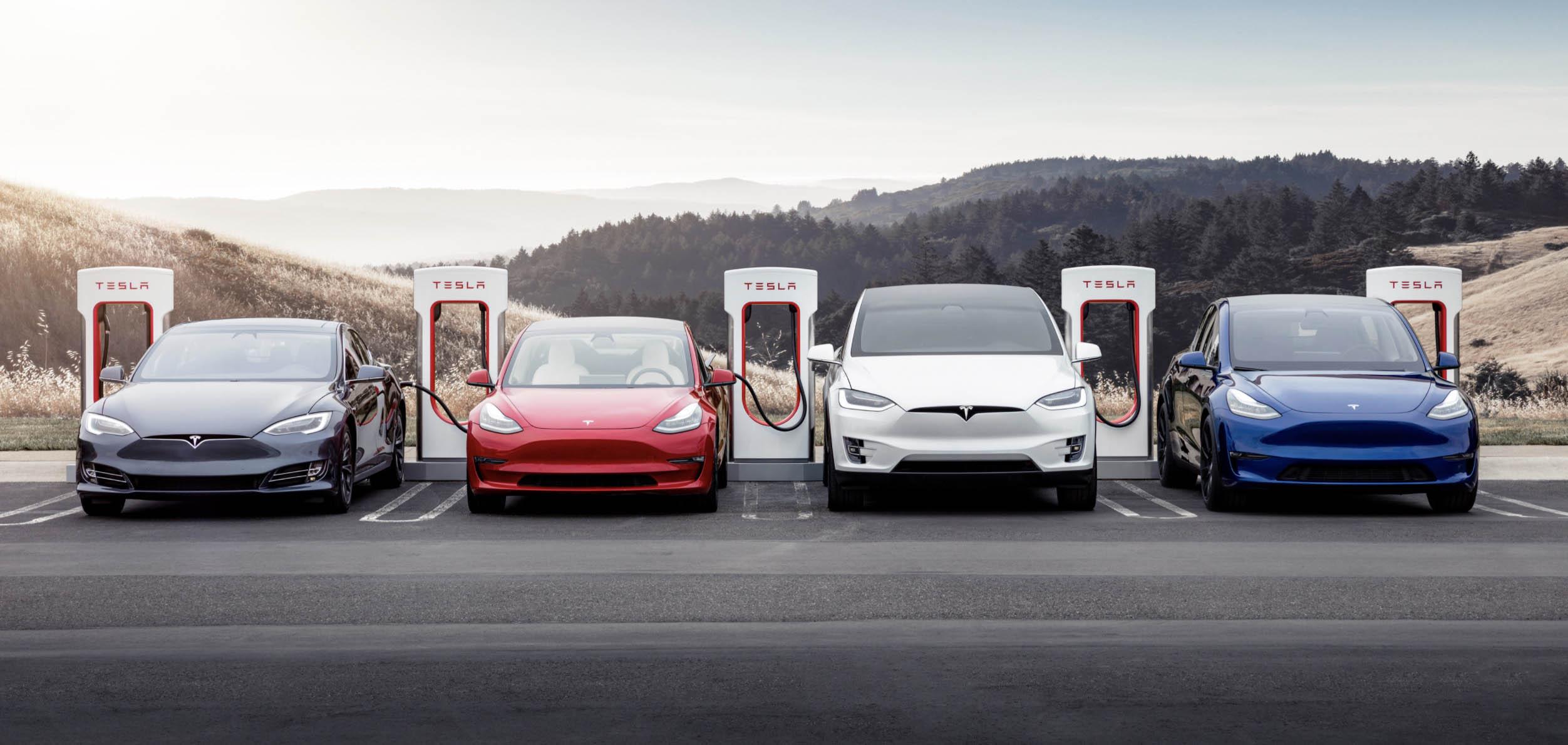 Tesla Model S, Model 3, Model X és Model Y egymás mellett