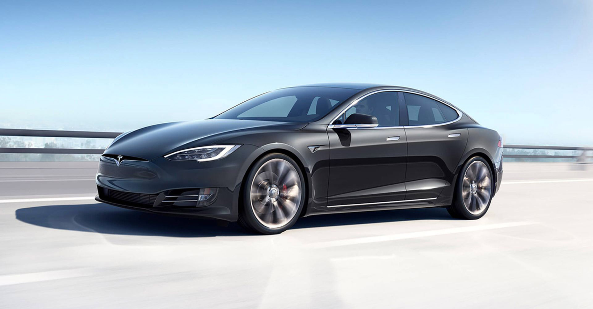 Tesla Model S szemből, menet közben
