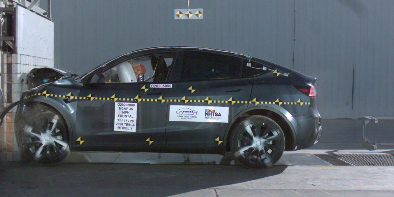 Tesla Model Y elektromos SUV törésteszt közben, oldalról