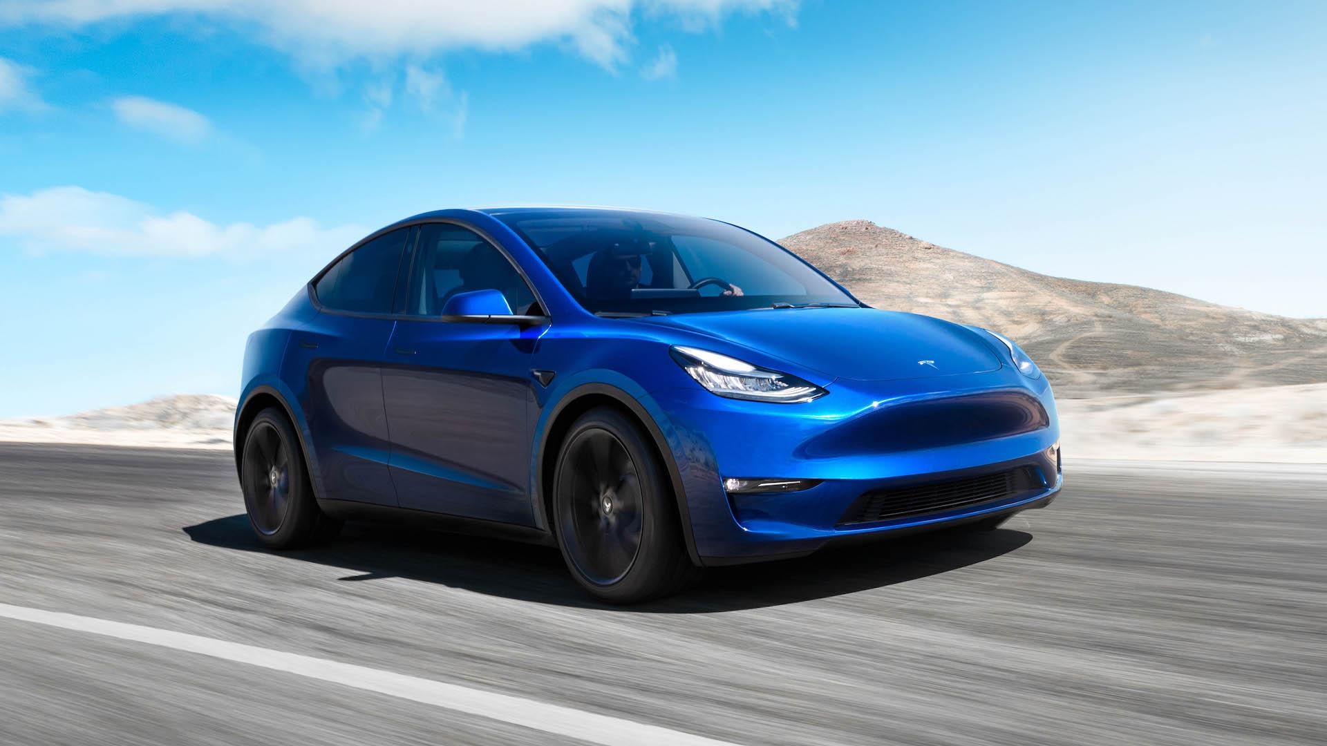 Tesla Model Y szemből, menet közben
