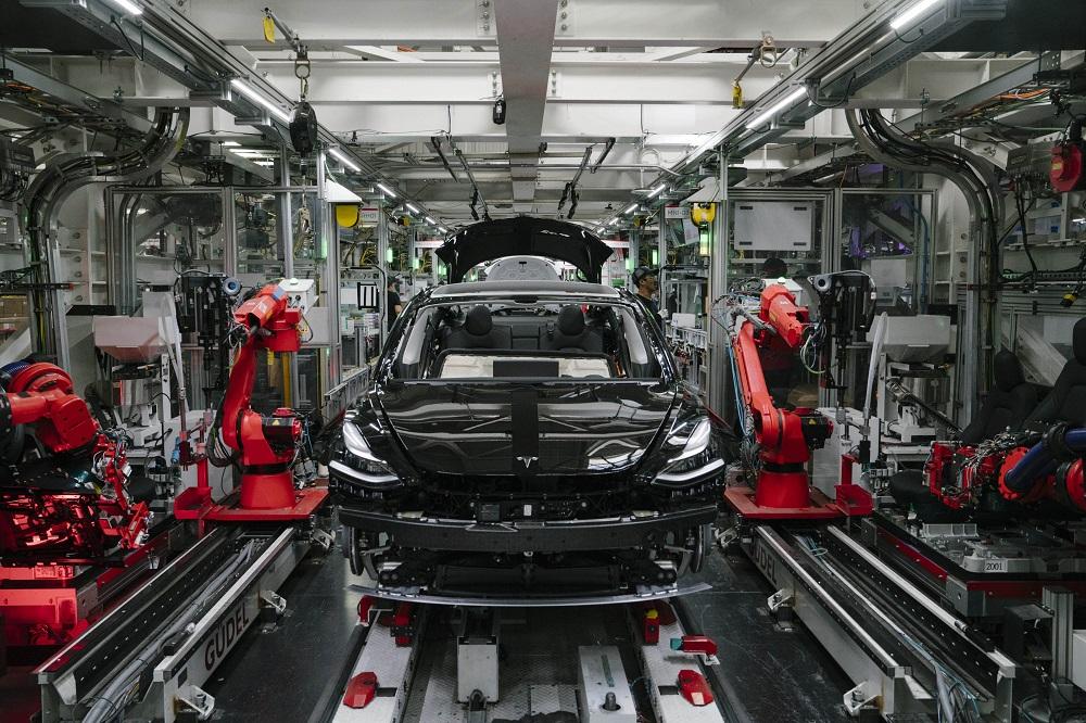 Tesla Model 3 a gyártósoron, szemből