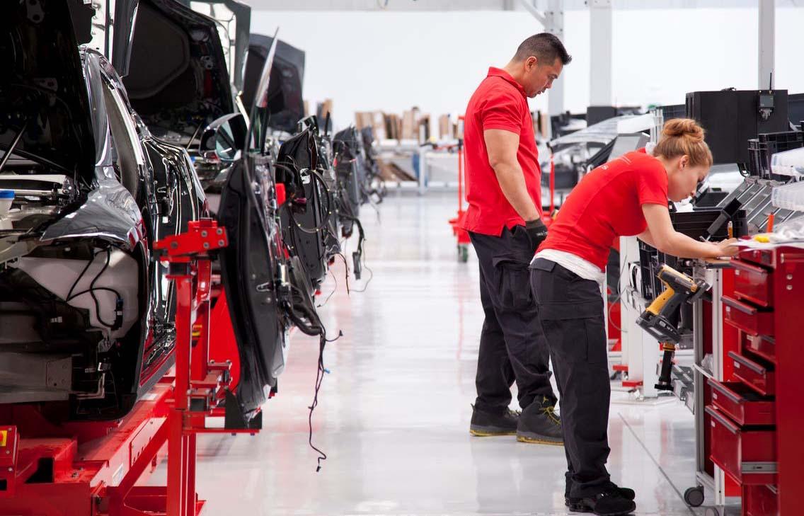Tesla alkalmazottak a gyártósoron