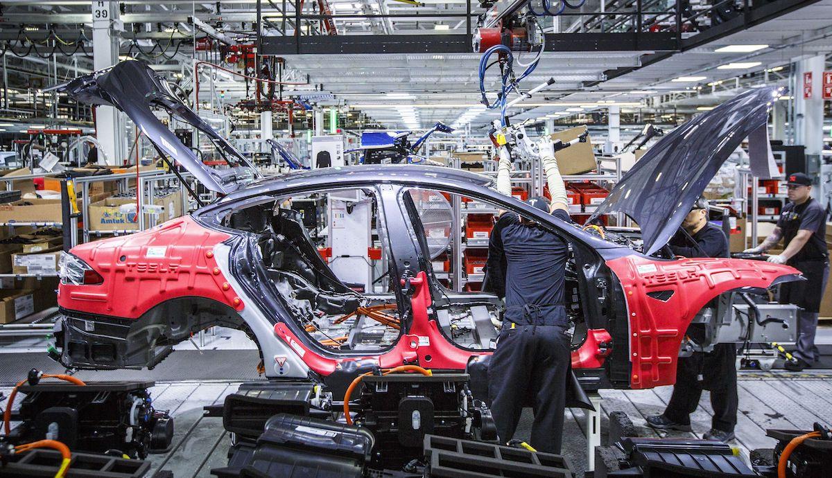 Tesla Model S oldalról, összeszerelés közben