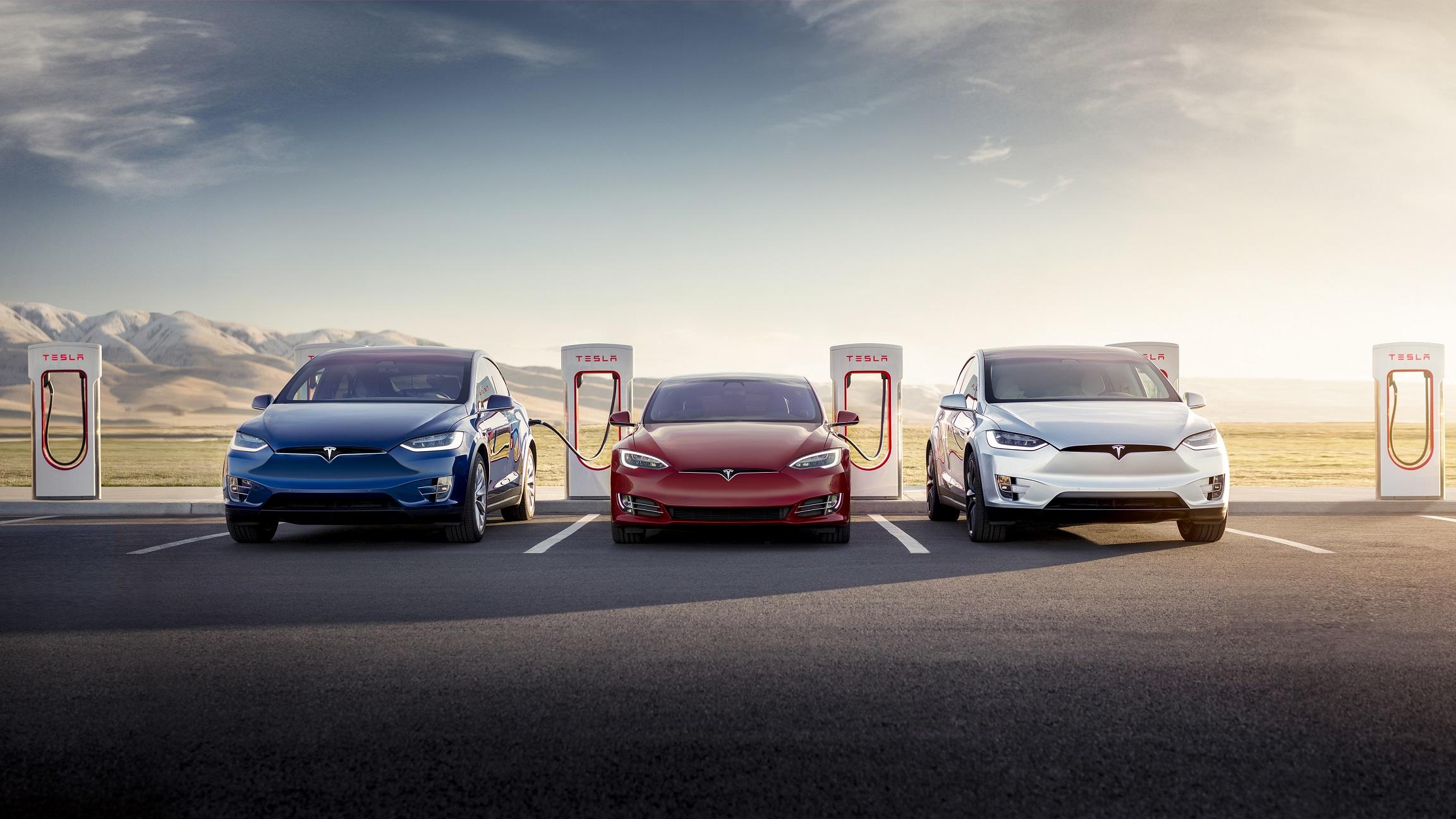 Tesla Model S és két Tesla Model X töltés közben