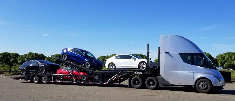esla Model 3-asok és Model Y-ok egy Semi utánfutóján, oldalról