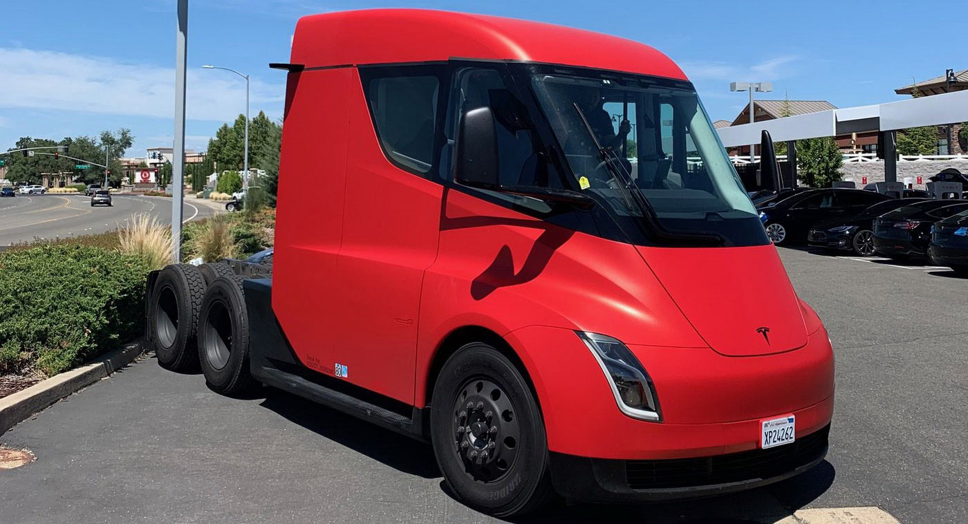 Tesla Semi elektromos nyergesvontató szemből
