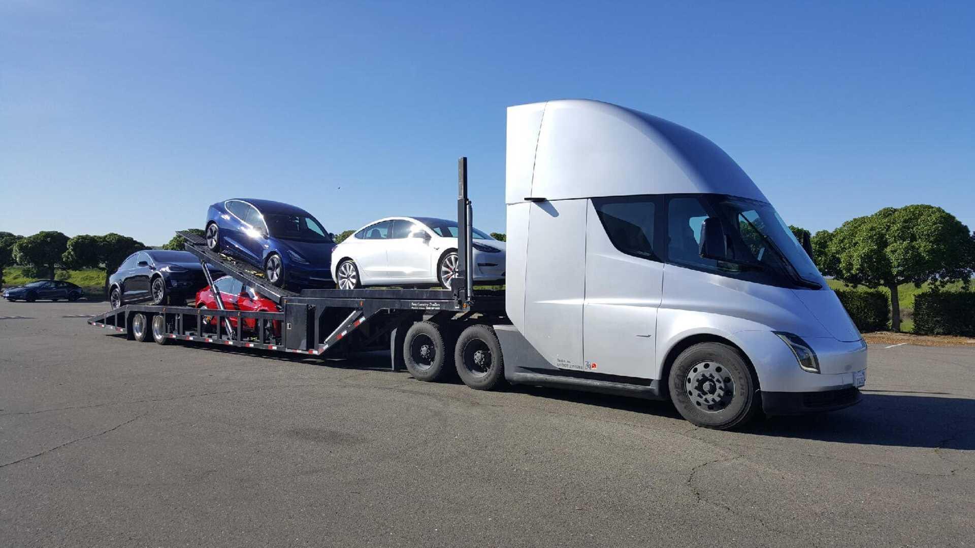 Tesla Semi elektromos kamion vontat Tesla autókat
