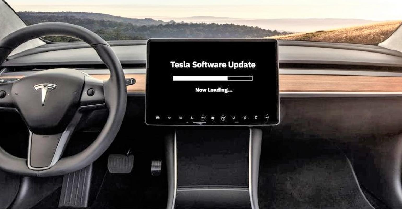 """Tesla Model 3 utastér, az érintőképernyőn """"Tesla Software Update"""" felirattal"""