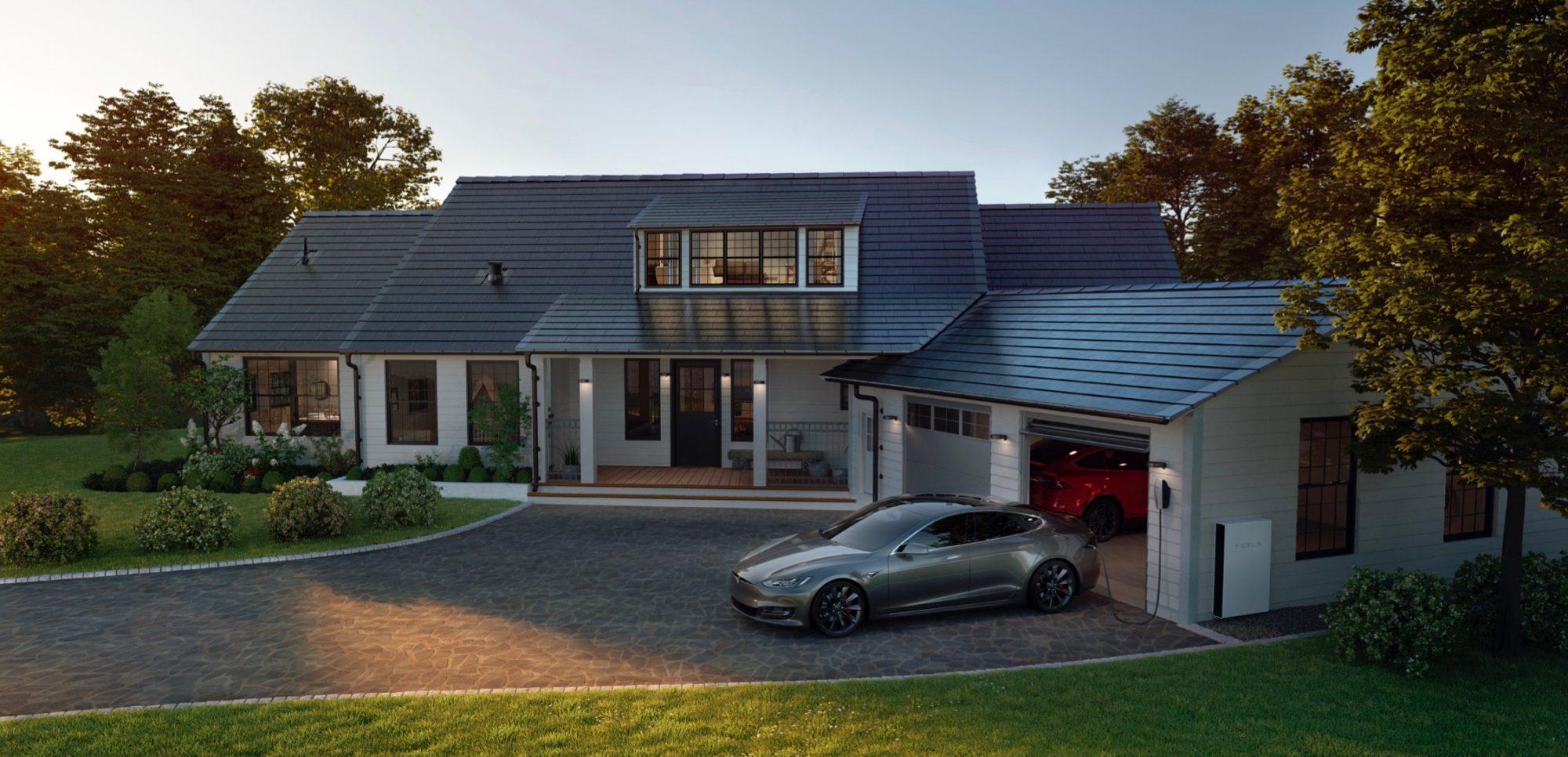 Tesla model S tölt a Powerwallról egy Solar Roof napelemes tetővel szerelt ház előtt