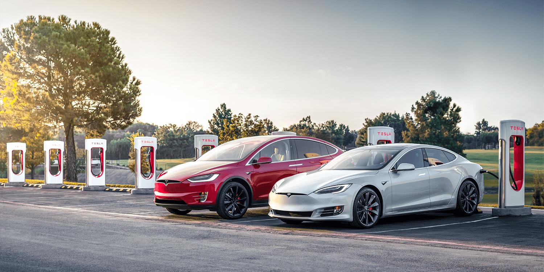 Tesla Model X és Model S töltés közben