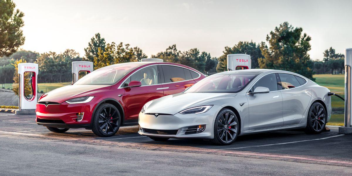 Tesla Model X és Model S szemből, egymás mellett