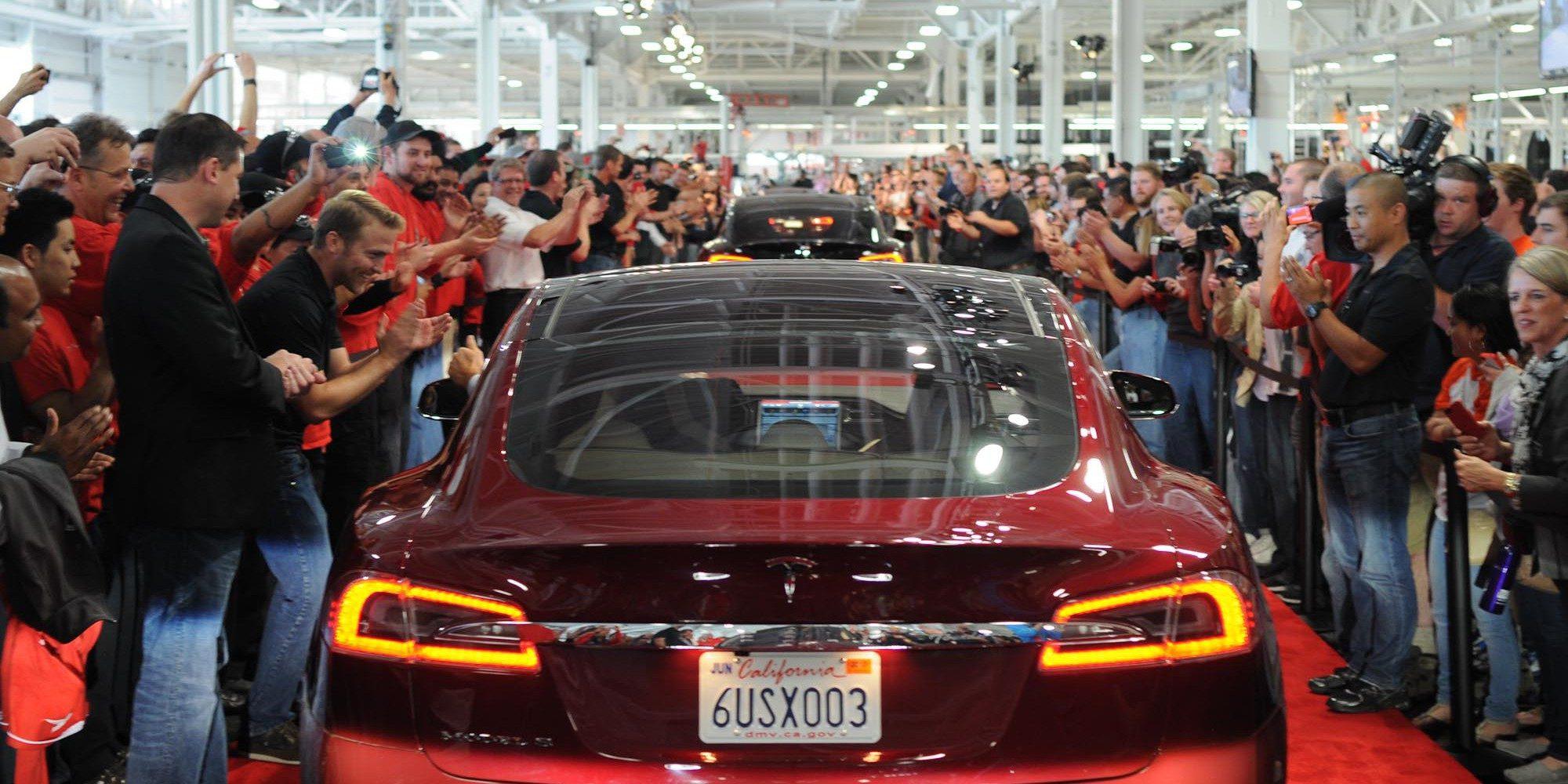 Tesla alkalmazottak az első Model S-ek elkészülését ünneplik